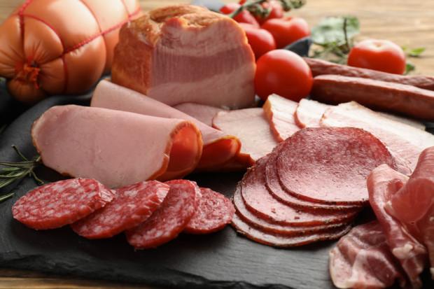Kupując na wagę wędliny w sklepie mięsnym mamy utrudnione zadanie w kwestii analizy składów.