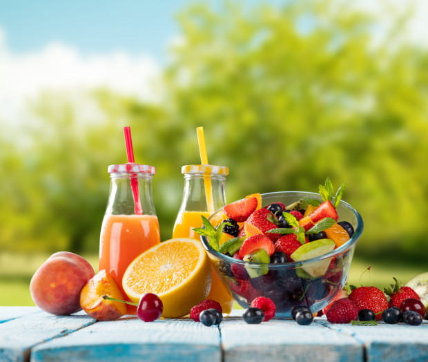 Dzięki zdrowym przekąskom i koktajlom owocowym łatwiej nam będzie zachować energię podczas upałów.