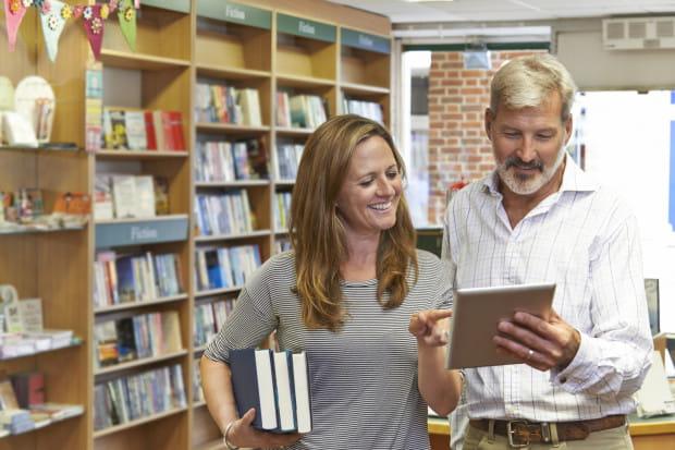 Tradycyjne, papierowe książki stanowiły główny obiekt zainteresowań kupujących.