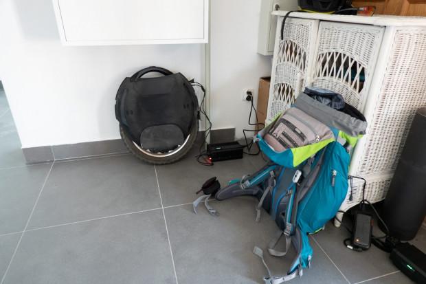 Duży Plecak, ładowarka i elektryczny monocykl - tyle wystarczy do wyprawy.