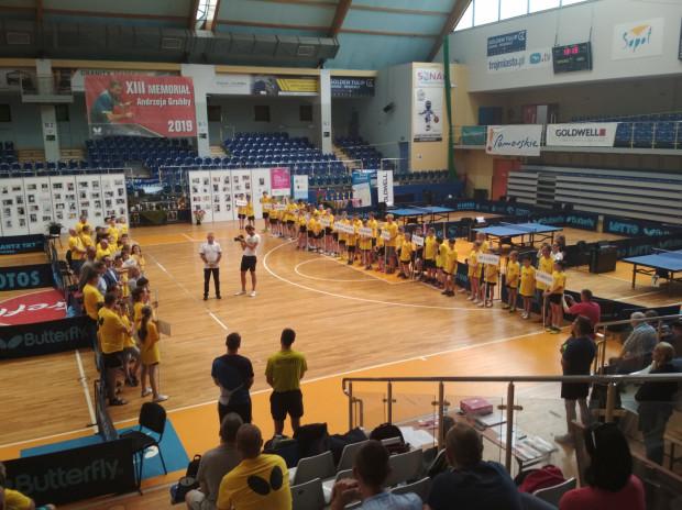 Uczniowie najlepszych szkół podstawowych w Polsce w tenisie stołowym ponownie uczcili pamięć Andrzeja Grubby.