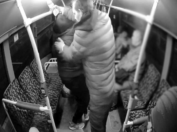 Wszyscy trzej sprawcy lutowej napaści na obywateli Indii w miejskim autobusie w Gdańsku, odpowiedzą za swój czyn. Właśnie zatrzymano ostatniego z agresorów.