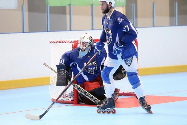 Wielu byłych i obecnych zawodników Polskiej Hokej Ligi po zakończeniu sezonu gra w hokeja na rolkach.