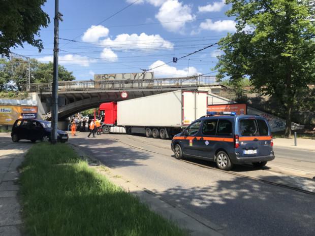 Ciężarówka zablokowała ruch tramwajowy i samochodowy w obydwu kierunkach pod wiaduktem na Hallera.