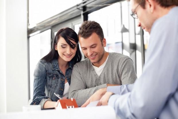 Decyzja o zakupie mieszkania i podpisanie wstępnej umowy to zwykle radosna chwila. Niestety taki krok zawsze może przynieść komplikacje.