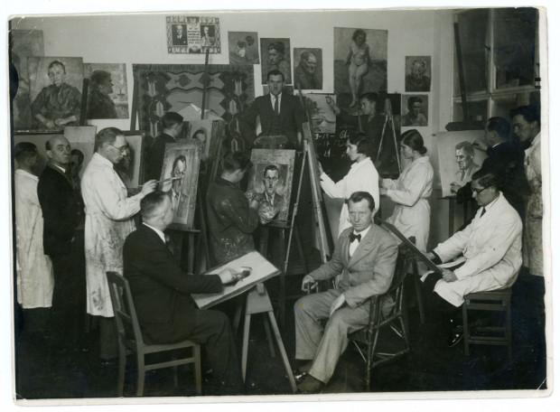 Wacław Szczeblewski (siedzi w wiklinowym fotelu) w pracowni Pomorskiej Szkoły Sztuk Pięknych w Gdyni, 1934 (ze zbiorów Muzeum miasta Gdyni)