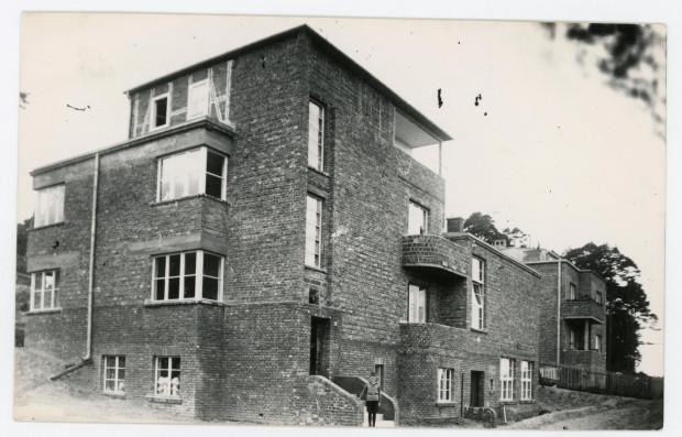 Budynek przy ul. Pomorskiej 18 w Gdyni w którym mieściła się Pomorska Szkoła Sztuk Pięknych, fot. nieznany. Przed  nim stoi syn Wacława - Bernard Szczeblewski, 1933 r. (ze zbiorów Muzeum Miasta Gdyni)