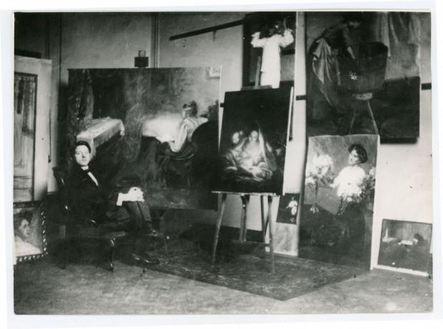 Wacław Szczeblewski w swojej pracowni w czasie studiów w Dreźnie,  fot. nieznany, 1910-1919 (ze zbiorów Muzeum Miasta Gdyni)