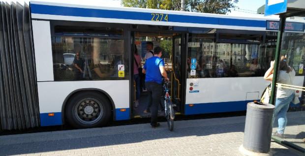 Rowerzysta musi się liczyć z tym, że będzie musiał opuścić autobus, gdy pojawi się w nim wózek - nawet jeśli ma ważny bilet.