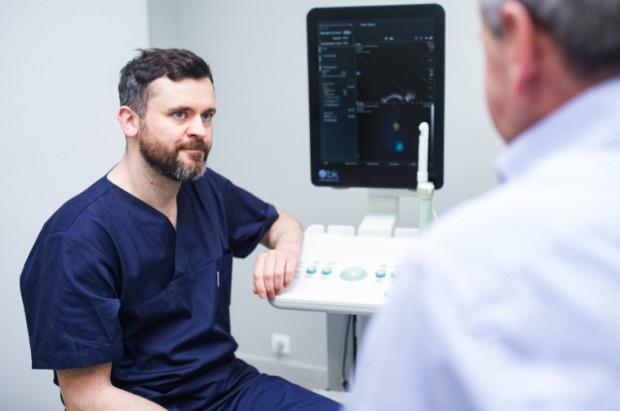 Najpierw rozmowa i szczegółowy wywiad, a później badanie per rectum - przychodnia Medyczna Gdynia zaprasza panów powyżej 40. r.ż. na darmowe badanie prostaty. Na zdj. dr Tomasz Drabarek - urolog i androlog - z pacjentem.