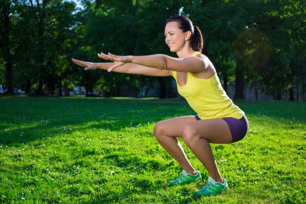 Przysiady to jedne z najskuteczniejszych ćwiczeń na mięśnie pośladkowe.