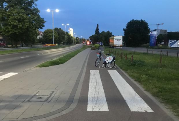 """Rower Mevo """"zaparkowany"""" na drodze rowerowej w Oliwie. Takie zachowanie użytkowników jest karane grzywną 300 zł."""