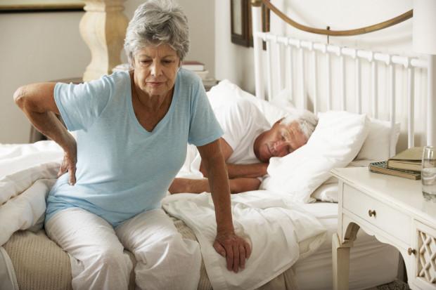 Sen w wygodnym łóżku, na odpowiednio dobranym materacu może pomóc w ograniczeniu dolegliwości bólowych, z którymi mierzy się większość starszych osób.