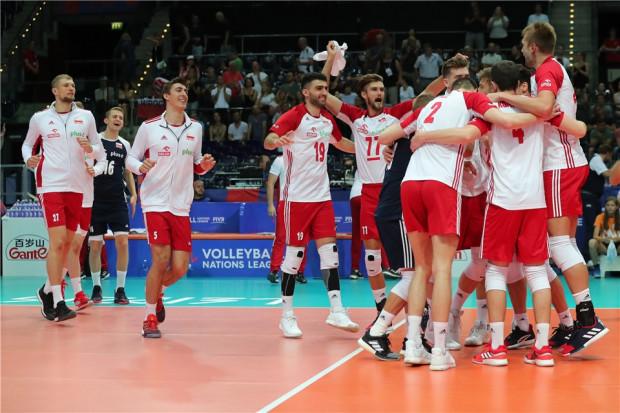 Radość siatkarzy po meczu Polska - Japonia 3:1. Marcin Janusz z nr 19.