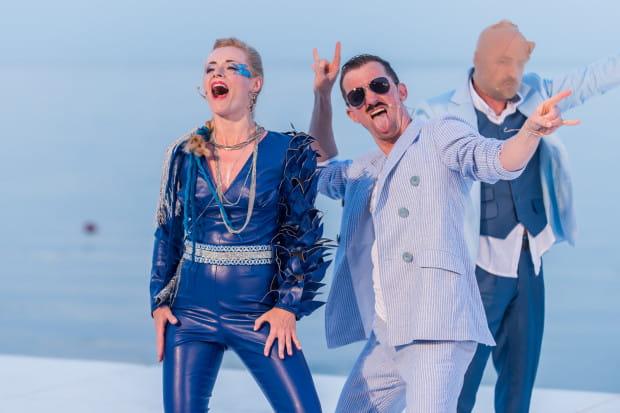 Aktorzy Miejskiego czują się w repertuarze muzycznym dość swobodnie, za sprzymierzeńca mając okoliczności przyrody. Na zdjęciu Agata Moszumańska, Maciej Wizner i Bogdan Smagacki (po prawej).