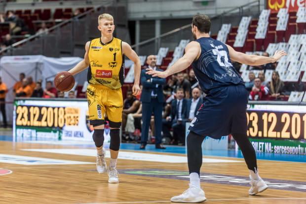 Łukasz Kolenda (z lewej) w minionym sezonie przy niespełna 24 minutach gry zdobywał średnio 10.1 punktu, a także zaliczał 3.5 asysty na mecz.