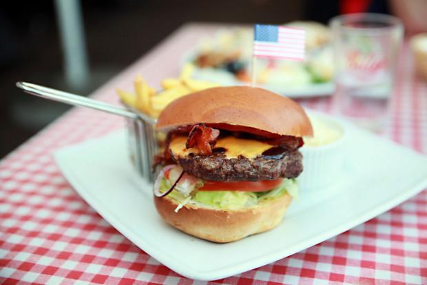 Lubicie kuchnię amerykańską? Spróbujecie jej w Billy's. Na zdjęciu: barbecue burger wołowy.