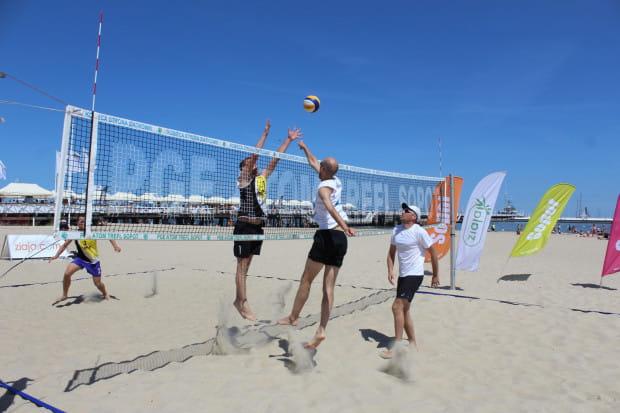 W Sopocie przy molo co tydzień organizowane są darmowe turnieje siatkówki plażowej dla wszystkich.