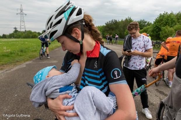 Po porodzie Ola wróciła na wyścigi kolarskie wprost na podium.