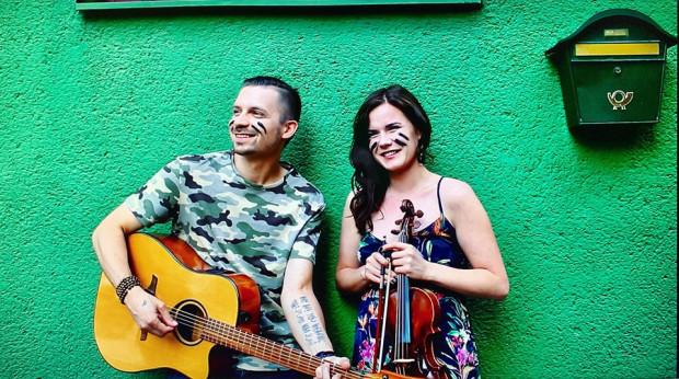 Duet Ktoś Inny tworzą odpowiedzialny za teksty i muzykę Mateusz Wyziński oraz Ilona Karnicka.