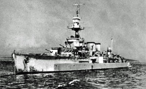 """Krążownik ORP """"Dragon"""" został ciężko uszkodzony podczas ataku niemieckich  negrów  - zginęło 37 marynarzy, 14 zostało ciężko rannych."""