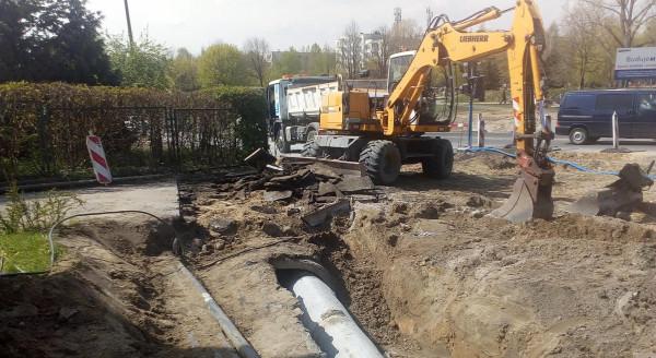 Przebudowa skrzyżowania się przedłuża, bo trzeba wykonać dodatkowe prace, których wcześniej nie planowano.