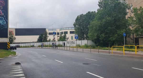Teren wzdłuż al. Grunwaldzkiej po wyburzonym w ubiegłym roku biurowcu Hydrobudowy.