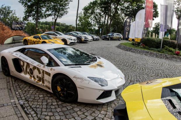 Samochody biorące udział w rajdzie będą charakterystycznie oklejone.
