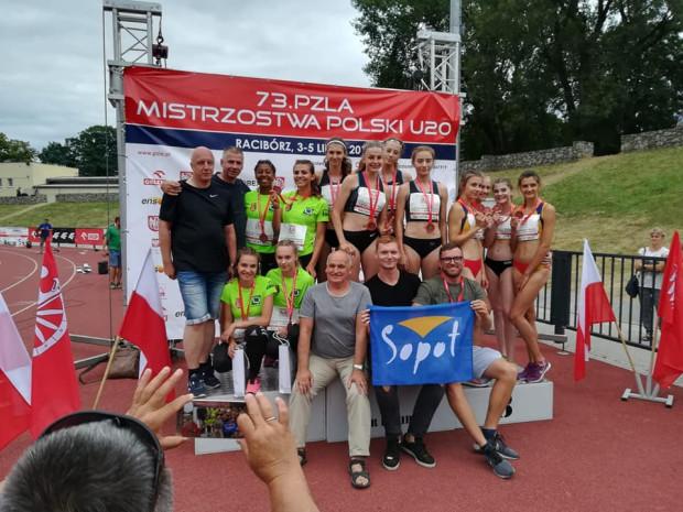 Kobieca sztafeta SKLA Sopot 4x400 metrów ze złotymi medalami MP U-20 (w środku na podium).