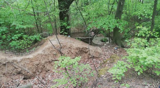 Ciała być może nie udałoby się odnaleźć, gdyby nie sygnał od naszej czytelniczki w sprawie niezabezpieczonych włazów w lesie.