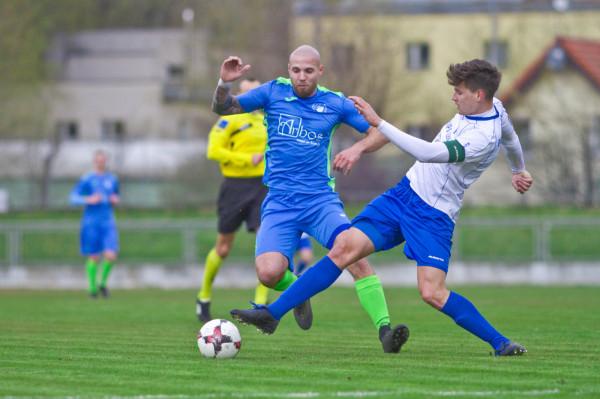 Łukasz Włodarczyk (z lewej) miał zostać piłkarzem Bałtyku Gdynia. Mimo ustalenia warunków współpracy, zmienił jednak zdanie i biało-niebiescy poszukają innego napastnika.