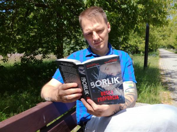 Piotr Borlik: Lubię obserwować, co czytają mijani przeze mnie ludzie. Ostatnio mnóstwo czasu spędzam na spacerach z synem, dzięki czemu mogę przyjrzeć się preferencjom czytelniczym ludzi oddających się lekturze na ławkach w parku.