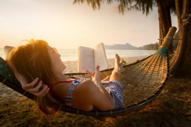 Idealna książka na wakacje nie istnieje, ale na urlopie każda lektura jest dobra - warto czytać wszędzie i gdzie się da.