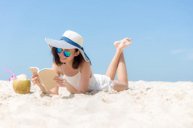 Czytanie na plaży to jedna z największych przyjemności podczas urlopu, choć dla wielu miejsce czytania nie gra roli.