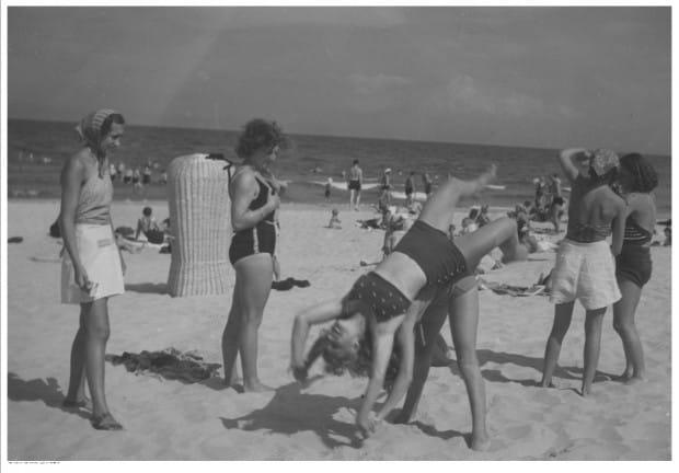 Plażowicze podczas zabawy na plaży w Gdyni. Zdjęcie wykonane w latach 1938-39.