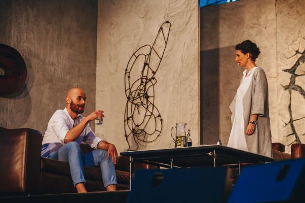 """Akcja """"Niezwyciężonego"""" dzieje się w salonie Olivera (Piotr Chys) i Emily (Katarzyna Z. Michalska), którzy dopiero co wyprowadzili się ze stolicy na przedmieścia i chcą poznać sąsiadów."""