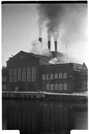 Elektrociepłownia na Ołowiance pracuje - nomen omen - pełną parą. Zdjęcie z lat 70. XX wieku.