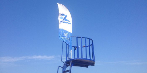 Na wszystkich trójmiejskich kąpieliskach wiszą już niebieskie flagi oznaczające, że woda jest zdatna do kąpieli.