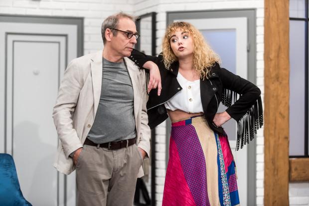 Udany debiut na profesjonalnej scenie zanotowała absolwentka Studium Wokalno-Aktorskiego w Gdyni, Natalia Smagacka, jako Julie, córka Édouarda (Tomasz Sapryk).
