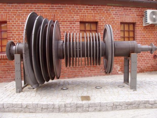 Niezwykły pomnik, ustawiony obok gmachu filharmonii - autentyczny wirnik turbiny koncernu AEG (niem. Allgemeine Elektricitäts Gesellschaft) o mocy 10 MW, zainstalowanej w elektrowni na Ołowiance w 1940 roku.