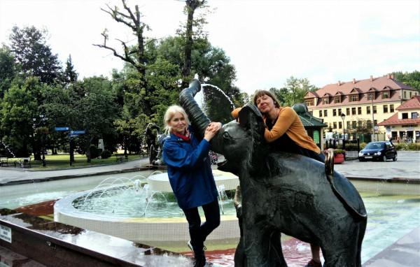 Elżbieta Pałasz - co prawda nie z książką, ale w doborowym towarzystwie - z ilustratorką Jolantą Richter-Magnuszewską przy fontannie ze słoniami (kultowe miejsce w Rabce) podczas tegorocznego Międzynarodowego Festiwalu Literatury Dziecięcej w Rabce-Zdroju.