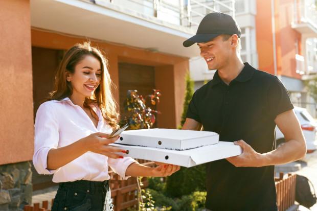 Popularna jest praca kelnerów w restauracjach, roznoszenie ulotek, dostarczanie pizzy, rozdawanie kuponów promocyjnych czy zaproszeń do restauracji.