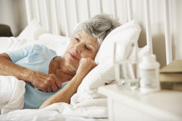 Starsza osoba zmagająca się z bezsennością powinna przede wszystkim zgłosić się do lekarza.