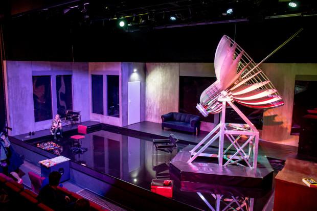 Na scenie Starej Apteki postawiono potężny radioteleskop, zaś posadzkę zalano wodą pod sadzawkę państwa Schusterów.