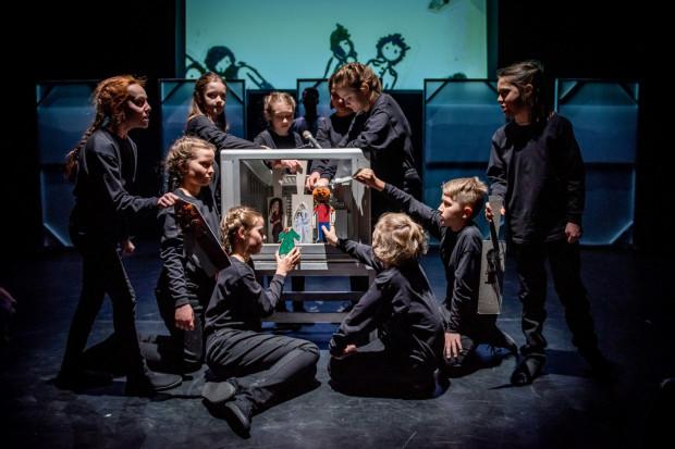 """Po raz pierwszy w historii nurtu SzekspirOFF zagrają dzieci ze szkoły podstawowej. Ich """"Mała premiera - Hamlet"""" powstała przy okazji premiery spektaklu Mai Kleczewskiej """"Hamlet"""" w Teatrze Polskim w Poznaniu, który też będzie grany na Festiwalu Szekspirowskim."""