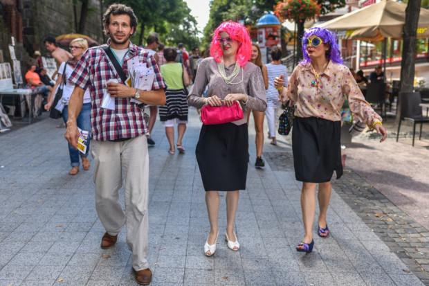 Teatr Korkoro chętnie podejmuje akcje uliczne. W tym roku na godzinę przed spektaklami Nurtu Głównego Korkoro zaprezentuje alternatywne wersje szekspirowskich spektakli przed miejscem, w którym zostaną zagrane.