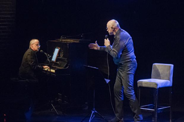 Pomaga Machalicy za fortepianem Wojciech Borkowski, który czasem także wspiera aktora wokalnie.