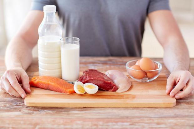 Białko stanowi budulec naszych mięśni, a więc nikogo nie powinno dziwić to, że podczas budowania masy potrzebujemy go więcej.