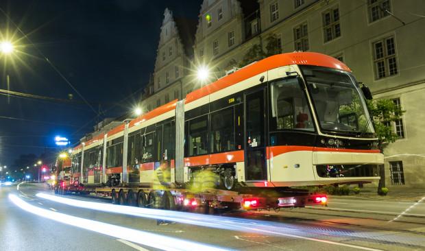Tramwaj do Gdańska dotarł na specjalnie przygotowanej lawecie.