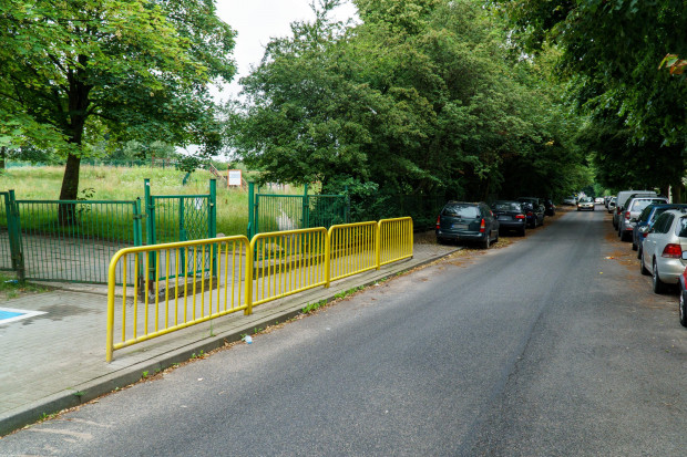 Linia warunkowego zatrzymania przed zwężonym odcinkiem jezdni będzie znajdowała się na wysokości wejścia do szkoły.